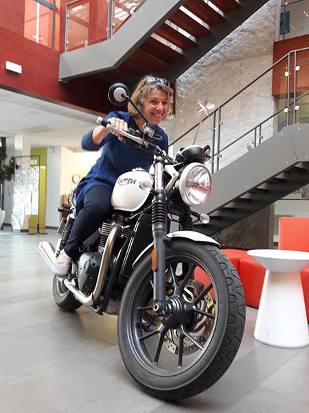 Fée Virginie à moto pour une séance photo