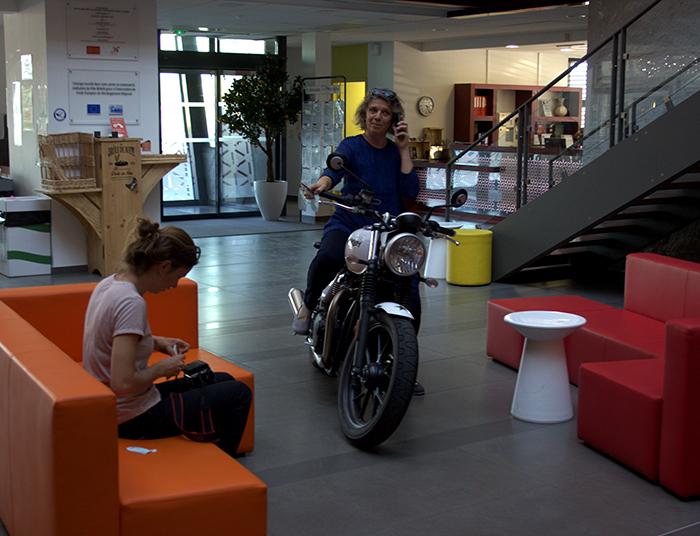 Coulisses de la séance photo fabricants de film : Virginie à moto dans l'agora de Réalis